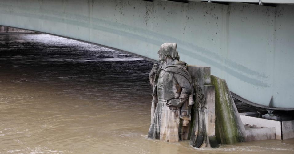 """24.jan.2018 - A estátua Zouave, que é """"ponto de referência"""" para as inundações, localizada na Ponte de L'Alma, tem água até os joelhos"""