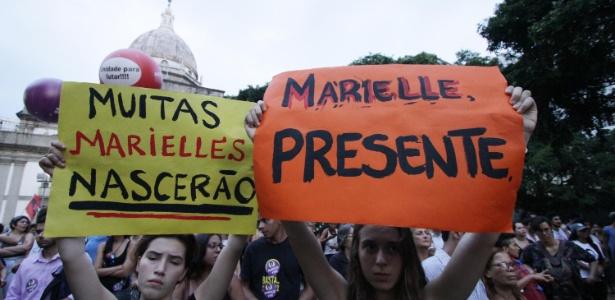 """20.mar.2018 - Cartaz com dizeres """"Muitas Marielles nascerão"""" durante ato que marca o sétimo dia de morte da vereadora Marielle Franco, no Rio de Janeiro"""