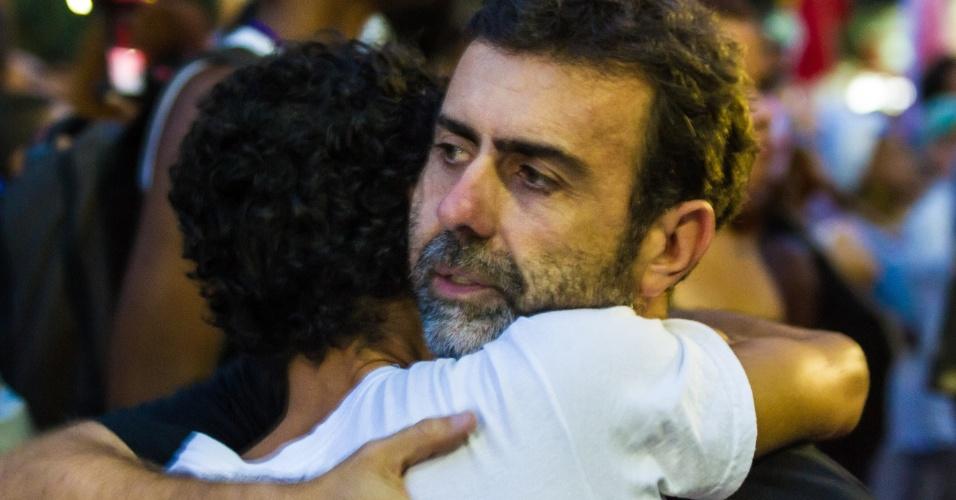 20.mar.2018 - O deputado estadual Marcelo Freixo (PSOL/RJ) recebe abraço de manifestante ao chegar na Candelária, no centro do Rio de Janeiro, para ato que marca o sétimo dia de morte da vereadora Marielle Franco (PSOL/RJ) e do seu motorista Anderson Gomes