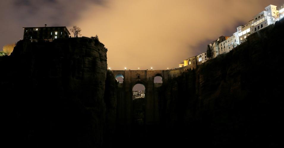 """A """"Puente Nuevo"""" em Ronda, próximo a Malaga, também teve as luzes apagadas. A """"Hora do Planeta"""" foi acompanhada ao todo por milhões de pessoas em 187 países"""
