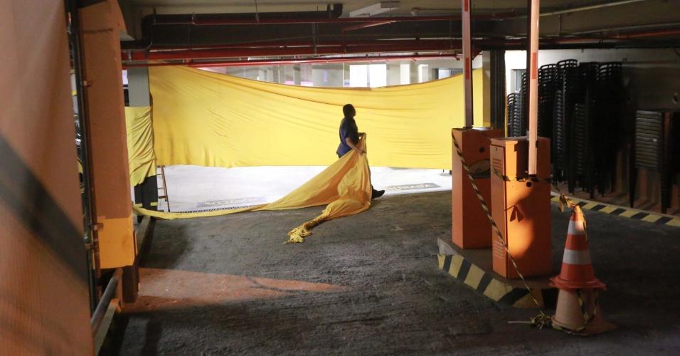 4.abr.2018 - Seguranças colocam pano no estacionamento do Sindicato dos Metalúrgicos do ABC, em São Bernardo do Campo (SP), para a imprensa não acompanhar a saída do ex-presidente Luiz Inácio Lula da Silva, que acompanhou no local o julgamento do STF