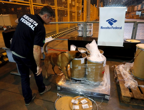24.abr.2018 - Cão fareja carga apreendida no aeroporto do Galeão, no Rio. Receita Federal apreendeu 100 quilos de heroína - Domingos Peixoto / Agência o Globo