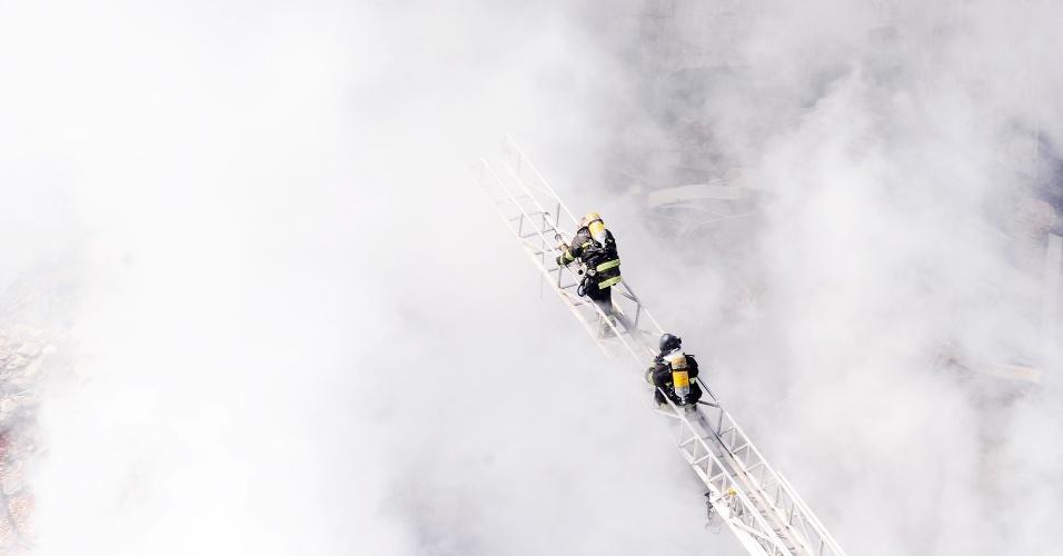 1º.mai.2018 - Bombeiros utilizam uma escada especial para fazer o rescaldo do incêndio que resultou no desabamento do edifício Wilton Paes de Almeida, no centro de SP