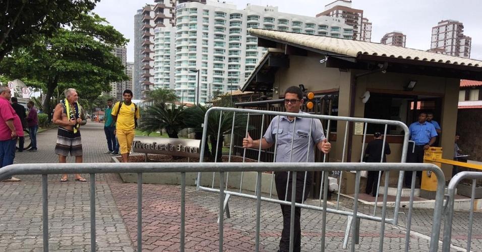 19.out.2018 - Homem coloca grades em frente à portaria do condomínio onde mora Jair Bolsonaro, no Rio