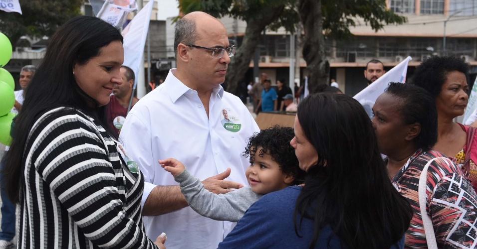 11.ago.2018 - Wilson Witzel encontra eleitores em Cabo Frio