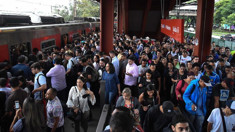 4.fev.2019 - Movimentação intensa de passageiros na estação Pinheiros, na linha 9-Esmeralda da CPTM - Ronaldo Silva/Futura Press/Estadão Conteúdo