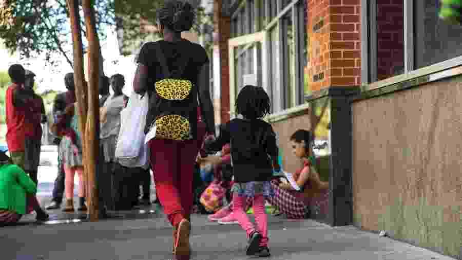 Migrantes da República Democrática do Congo aguardam em frente a um abrigo no centro de San Antonio, no Texas - Ilana Panich-Linsman/The New York Times