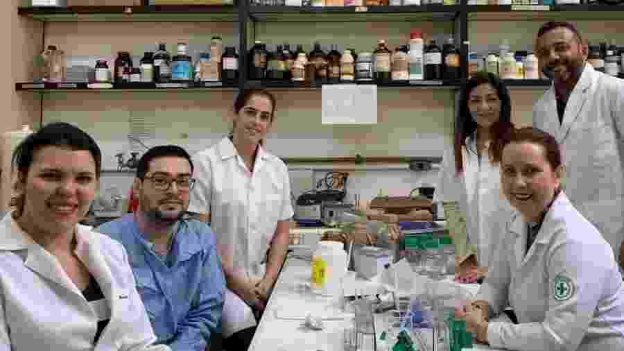 Equipe de Izabel Paixão (no fundo, à direita), que busca tratamento alternativo contra HIV - Acervo pessoal