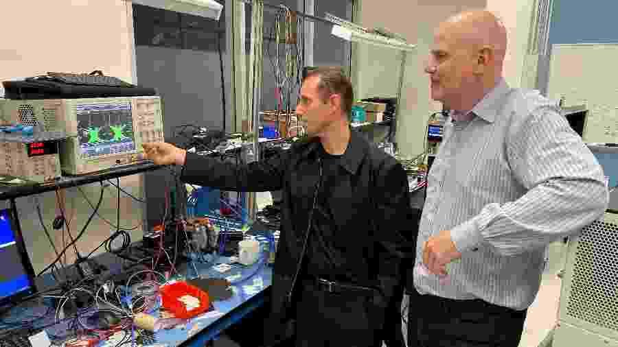Rubén Caballero (ao centro) não quer mais usar fios para transferir dados  - STEPHEN NELLIS / REUTERS
