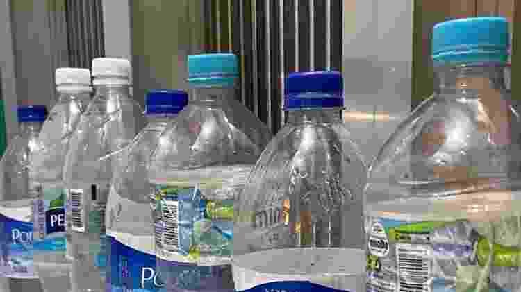 Moradora do Rio mostra as garrafas de água que consumiu em razão da crise - Arquivo Pessoal