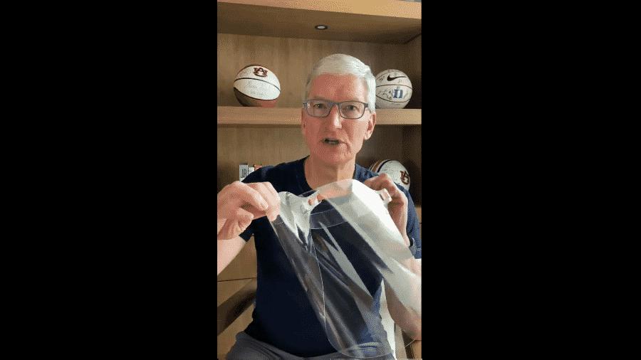 Tim Cook mostra modelo de máscara feita pela Apple para profissionais de saúde - Reprodução