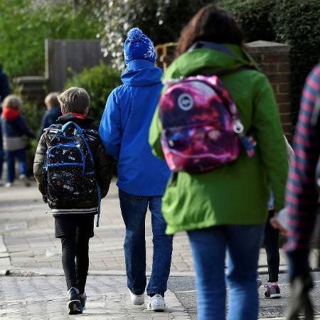 Crianças caminham para a escola em Londres - Toby Melville