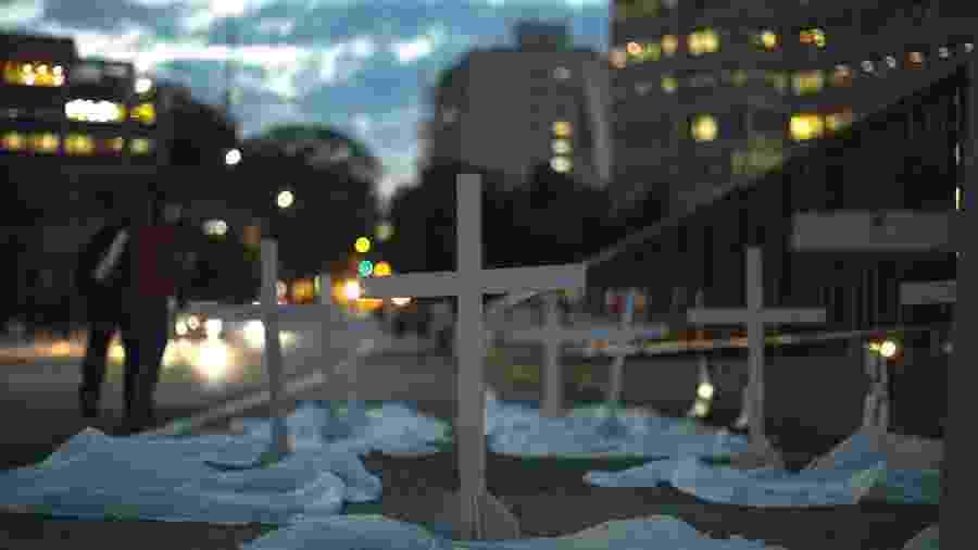 Cruzes são colocadas em calçada de São Paulo-SP em ato durante a pandemia de coronavírus - Miguel Schincariol/Getty Images