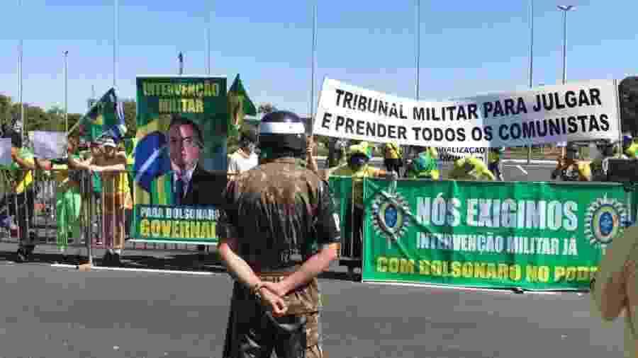 Apoiadores do presidente Jair Bolsonaro em ato em frente ao quartel-general do Exército, em Brasília - Pedro Ladeira/Folhapress