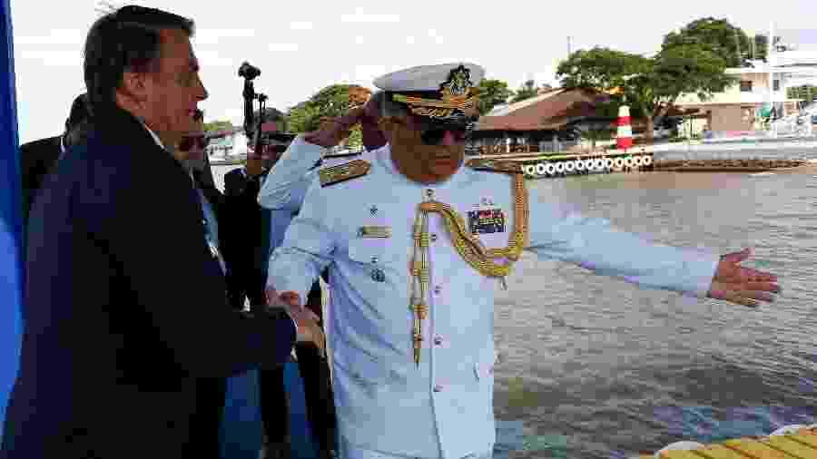 2.jul.2020 - Presidente da República Jair Bolsonaro, cumprimenta o Vice-Almirante Rocha. - Isac Nóbrega/PR