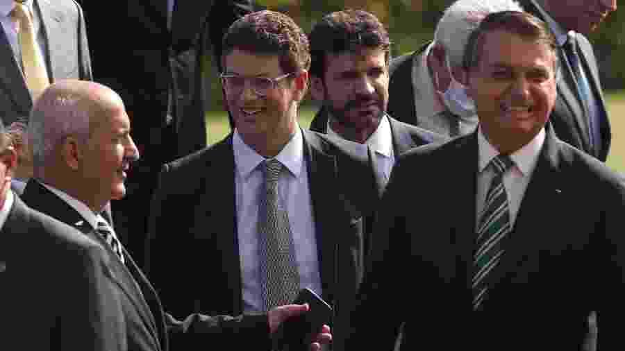 27/10/2020 - O presidente da República, Jair Bolsonaro, acompanhado dos ministros Ricardo Salles (Meio Ambiente) e Luiz Eduardo Ramos (Secretaria de Governo) durante hasteamento da bandeira nacional na área externa do Palácio da Alvorada  - Gabriela Biló/Estadão Conteúdo