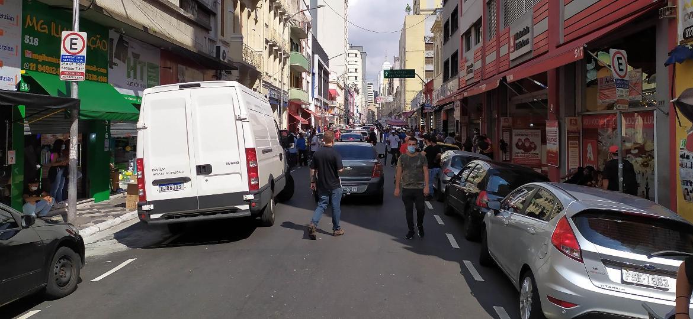 Movimentação no comércio da Rua Galvão Bueno em São Paulo (SP), nesta segunda-feira (8). Cidade se encontra na fase vermelha por conta da pandemia da covid-19 - ROGERIO CAVALHEIRO/FUTURA PRESS/ESTADÃO CONTEÚDO