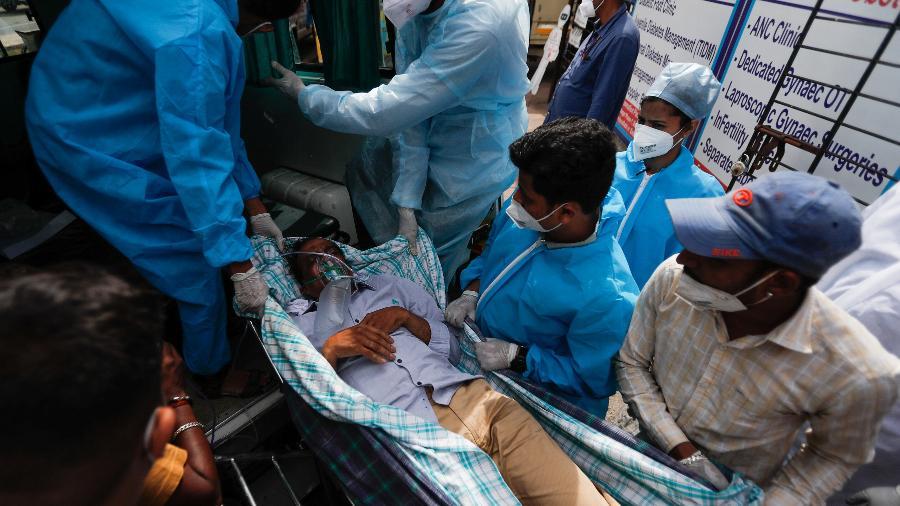 Paciente com covid-19 é evacuado após um incêndio atingir a UTI do hospital Vijay Vallabh, em Mumbai, na Índia - REUTERS/Francis Mascarenhas