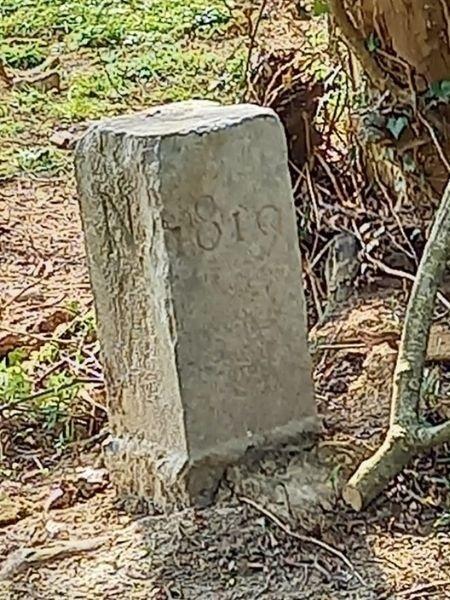 Pedra histórica foi arrastada por 2,29 metros do local de origem - Reprodução/Facebook