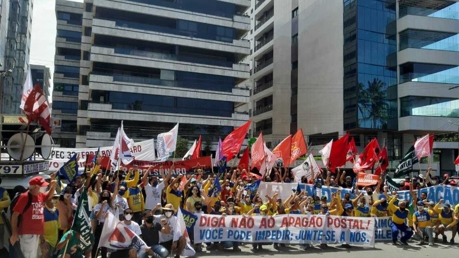 Servidores protestaram em frente à casa do presidente da Câmara, Arthur Lira, em Maceió - Josiane Calado/Divulgação