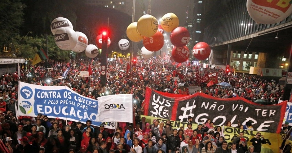 20.ago.2015 - Manifestantes terminam ato convocado pelas centrais sindicais, MTST (Movimento dos Trabalhadores Sem-Teto) e UNE (União Nacional dos Estudantes) na avenida Paulista