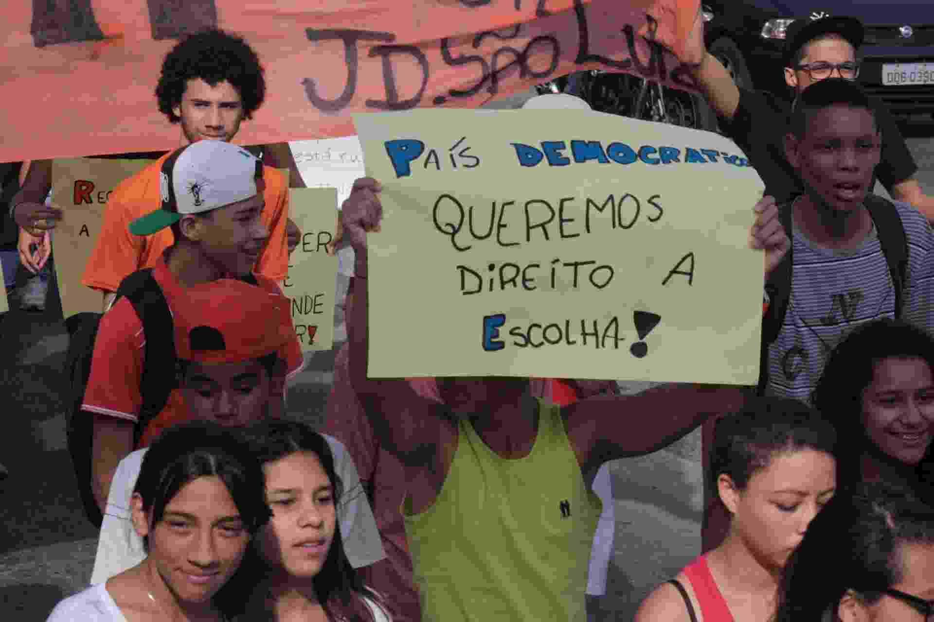 8.out.2015 - Alunos da rede estadual de ensino protestam na manhã desta quinta-feira (8) na Estrada do M'Boi Mirim, zona sul de São Paulo,  contra a reorganização e fechamento de escolas em 2016 - Luiz Claúdio Barbosa/Código19/Estadão Conteúdo