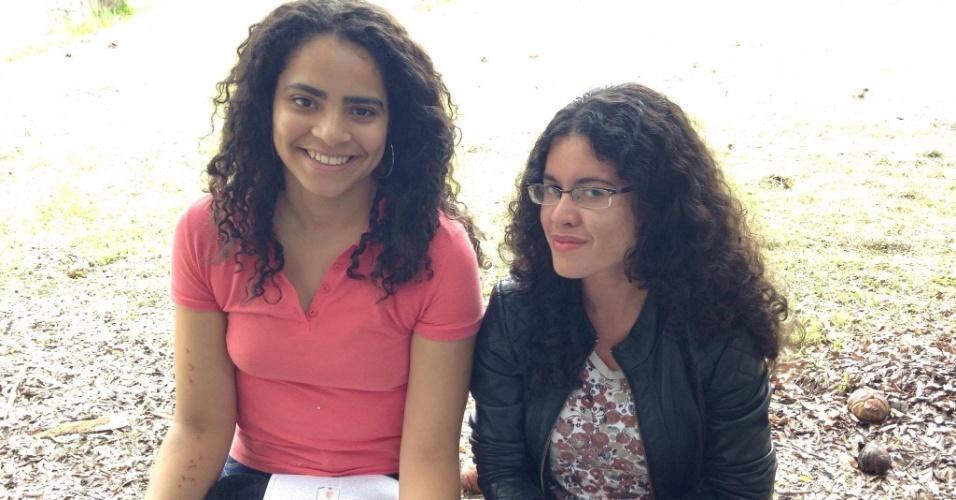 29.jov.2015 - Stephanie (esquerda) e Luísa chegaram cedo para a prova da Fuvest. Elas farão neste domingo a primeira fase do vestibular 2016