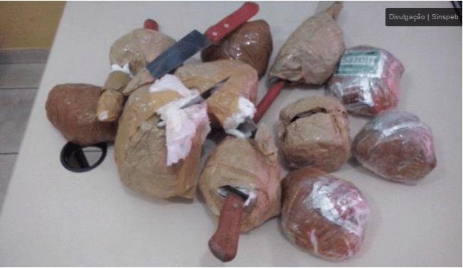7.dez.2015 - Nove bolas com objetos e drogas arremessadas para dentro da Cadeia Pública de Salvador foram apreendidas. Os agentes penitenciários encontraram grande quantidade de droga, facas e celulares.