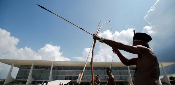 Indígenas de diversas etnias protestam em frente ao Palácio do Planalto contra proposta que altera o procedimento de demarcação de terras