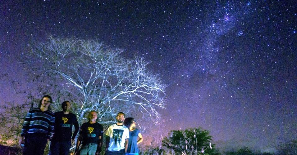 17.dez.2015 - Astrônomos amadores acompanham na Paraíba a maior chuva de meteoros do ano