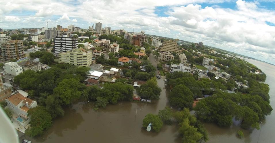 25.dez.2015 - Casas em Uruguaiana, no Rio Grande do Sul, ficam em meio à água de alagamento provocado por chuvas. A cidade é uma das 12 que decretaram situação de emergência por conta do alto volume de chuvas na fronteira oeste do Estado. A chuva já desabrigou e desalojou mais de 6, 5 mil pessoas na região