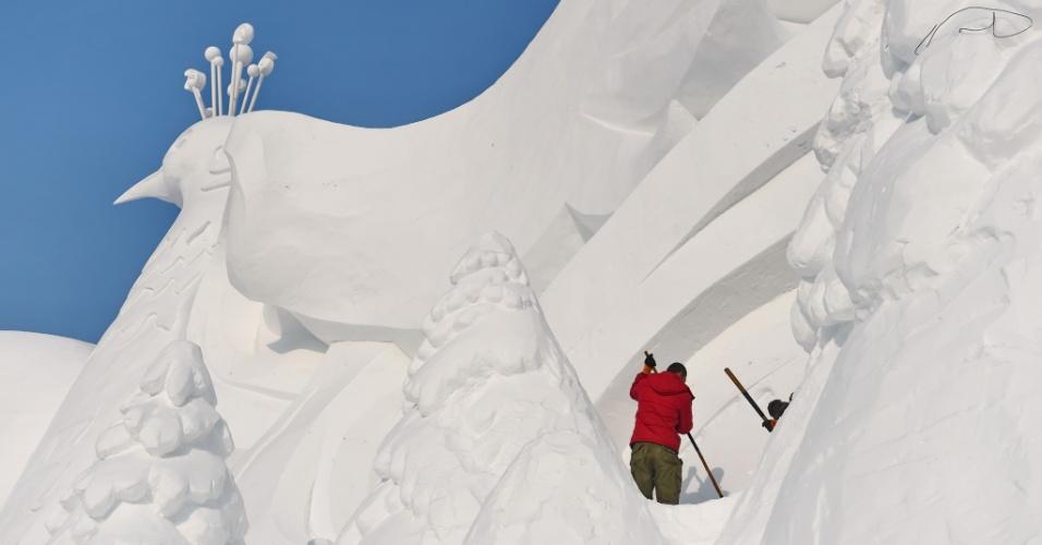 2.jan.2016 - Escultores finalizam o trabalho em bloco de neve durante festival de inverno em Changchun, na China. No total, mais de 200 esculturas na neve serão realizadas no evento