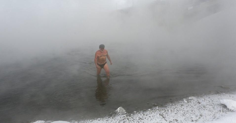 """6.jan.2015 - Nikolai Bocharov, 77, integrante do clube Cryophile de nadadores de inverno, sai da água gelada do rio Yenisei, em Krasnoyarsk, na Rússia. A temperatura no momento da brincadeira era de -27°C. Bocharov conta que começou a nadar no frio do inverno quando serviu o Exército na Alemanha. """"Quando voltei para casa, fiz um buraco no gelo do rio Yenisei e me banhei nele"""", conta. """"Nunca peguei nenhum resfriado e posso ficar em água gelada por bastante tempo. Quando saio da água gelada, sinto uma sensação de formigamento em todo o meu corpo. É como se estivesse pronto para voar"""", diz"""