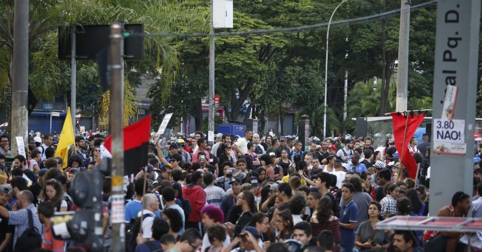 21.jan.2016 - Manifestantes se concentram no Terminal Parque Dom Pedro 2º, centro de São Paulo, para o quinto ato convocado pelo MPL (Movimento Passe Livre) contra o aumento das passagens de ônibus e metrô da capital paulista