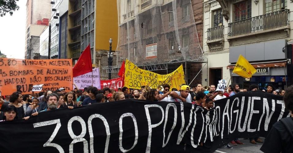 28.jan.2016 - Manifestantes iniciam passeata do Largo do Paissandu, no centro de São Paulo, em direção à Prefeitura de São Paulo, no sétimo ato organizado pelo MPL (Movimento Passe Livre) contra o aumento da tarifa do transporte público em São Paulo. Representantes do movimento esperam que o prefeito Fernando Haddad (PT) e o governador de São Paulo, Geraldo Alckmin (PSDB) se encontrem com os manifestantes