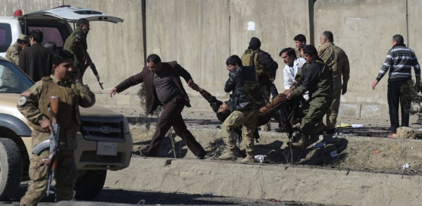 Militares carregam homem atingido na explosão desta segunda-feira
