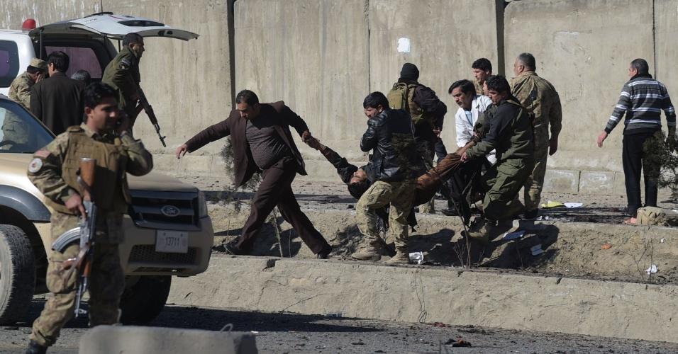 1.fev.2016 - Militares carregam homem atingido após a explosão de um carro bomba perto de uma base policial em Cabul, no Afeganistão