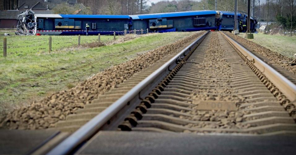 23.fev.2016 - Um trem de passageiros descarrilou próximo a Dalfsen, no leste da Holanda, após colidir com um guindaste hidráulico. Uma pessoa morreu e ao menos dez ficaram feridas