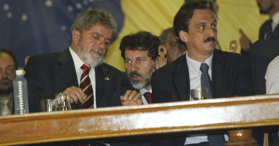 21.nov.2003 - Agachado entre Luiz Inácio Lula da Silva (à esq.) e Luiz Dulci, secretário geral da Presidência (à dir.), o tesoureiro do PT, Delúbio Soares (ao centro), segura, acesa, a cigarrilha holandesa do presidente, que fuma escondido, em Brasília