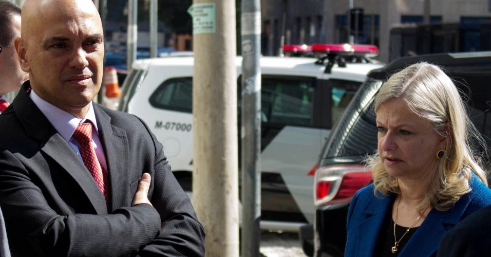 02.mai.2016 - O secretário de Segurança Pública, Alexandre de Moraes, se reúne com o comando da PM (Polícia Militar) e a diretora do Centro Paula Souza, Laura Laganá, próximo ao prédio do Centro Paula Souza, na região da Luz, no Centro de São Paulo (SP), na manhã desta segunda-feira (2). A Justiça determinou a reintegração de posse do local no domingo