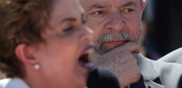 12.mai.2016 - Lula ouve o discurso da presidente Dilma em frente ao Palácio do Planalto no dia de seu afastamento