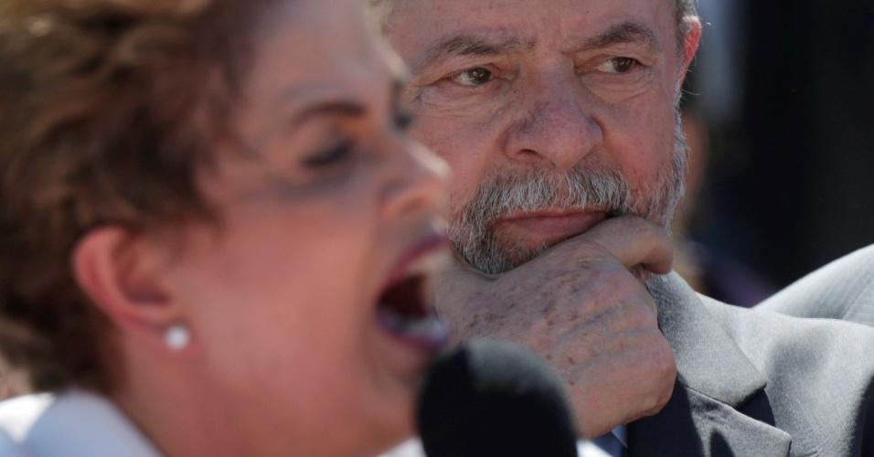 12.mai.2016 - Ex-presidente Luiz Inácio Lula da Silva ouve o discurso da presidente Dilma Rousseff em frente ao Palácio do Planalto. Dilma foi afastada por até 180 dias após decisão do Senado pela admissibilidade do processo de impeachment