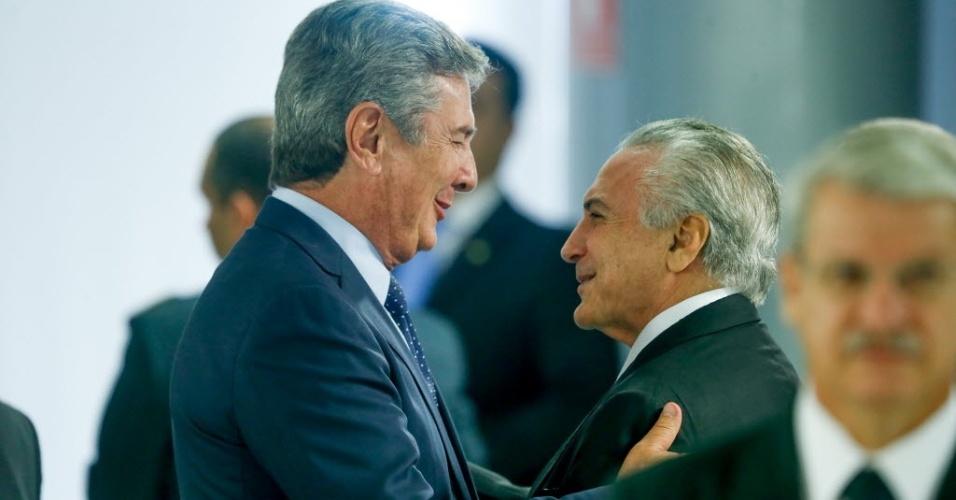 24.mai.2016 - O presidente interino Michel Temer (PMDB) cumprimenta o senador Fernando Collor (PTC-AL) durante anúncio de medidas econômicas antes da reunião com os líderes partidários