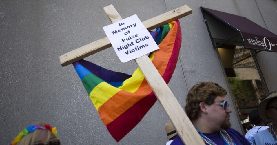 12.jun.2016 - Austin Ellis, membro da Igreja Comunitária Metropolitana, carrega uma cruz com uma frase em memória das vítimas do massacre na boate gay Pulse, em Orlando, na Flórida (EUA). Esse foi o pior massacre da história dos Estados Unidos. Com 50 mortos e 53 feridos, o massacre é considerado o pior na história dos Estados Unidos