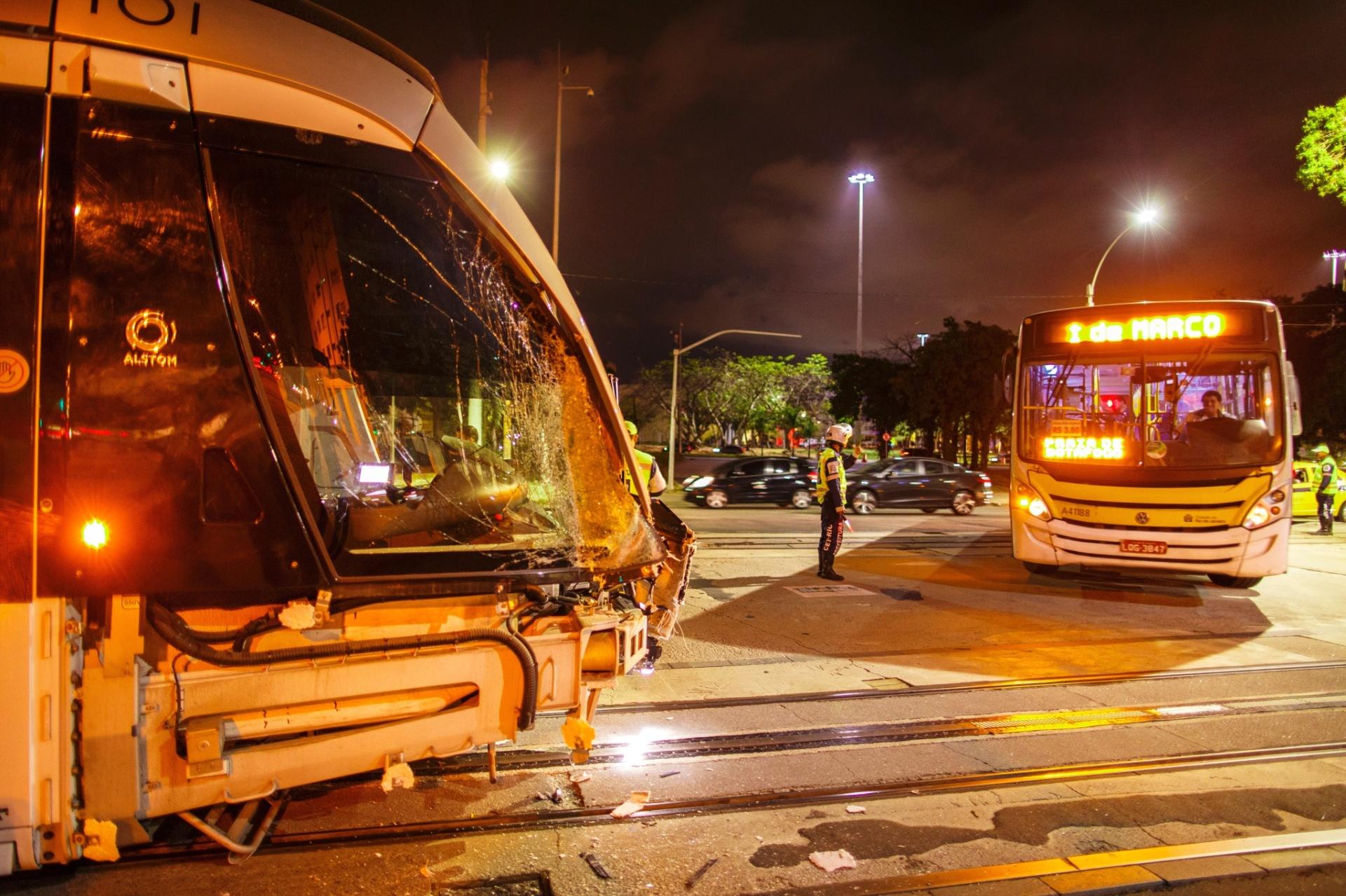 30.jul.2016 - Um ônibus e uma composição do Veículo Leve Sobre Trilhos (VLT) se chocaram na noite desta sexta-feira (29), no centro do Rio de Janeiro. De acordo com testemunhas, o ônibus bateu contra o VLT após avançar o sinal vermelho. A composição teve a frente destruída no impacto, mas nenhum passageiro de ambos os veículos se feriu. Esse é o primeiro acidente envolvendo o VLT, que começou a operar no início do mês de junho na cidade