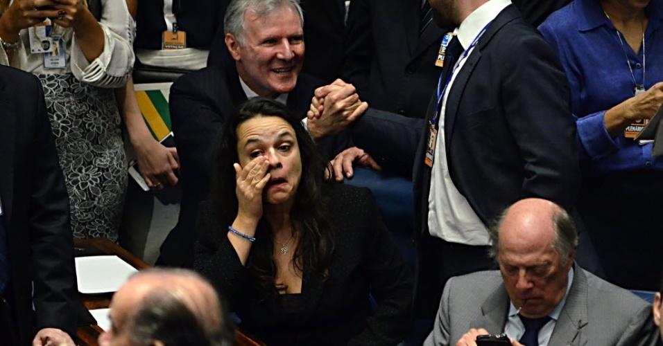 31.ago.2016 - A advogada Janaina Paschoal, uma das autoras do pedido de impeachment de Dilma Rousseff, chora ao fim da sessão do senado que votou pela cassação da então presidente afastada. Os senadores decidiram pelo afastamento definitivo por 61 votos a 20, mas mantiveram o direito de Dilma exercer função pública