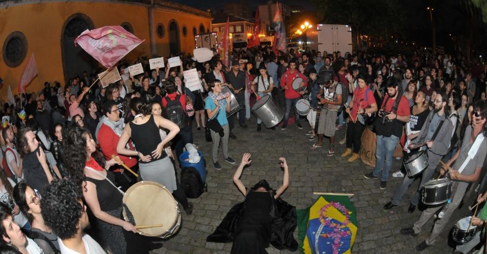 31.ago.2016 - Manifestantes protestam contra o afastamento definitivo da agora ex-presidente Dilma Rousseff durante ato centro de Florianópolis (SC)