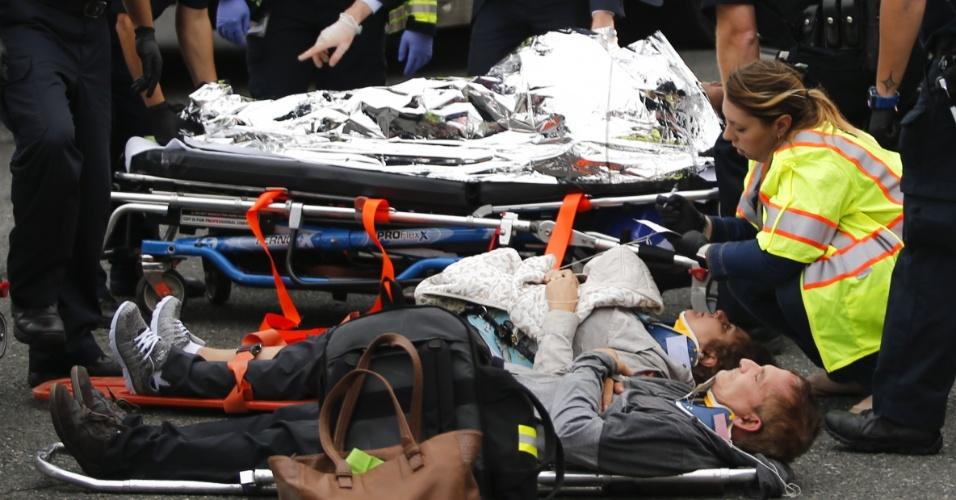 29.set.2016 - Feridos são atendidos na rua após acidente de trem na estação Hoboken, Nova Jersey
