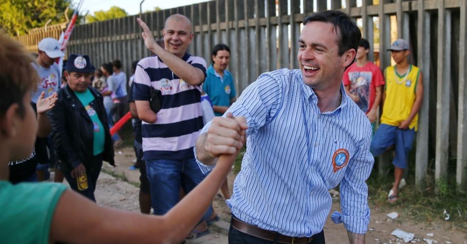 1.out.2016 - Maurício Dziedricki (PTB), candidato a prefeito de Porto Alegre, visitou eleitores na vila Porto Novo, na zona norte