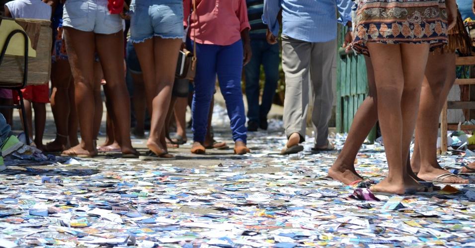 2.out.2016 - Santinhos espalhados em frente à local de votação em Salvador (BA), na manhã deste domingo (2)